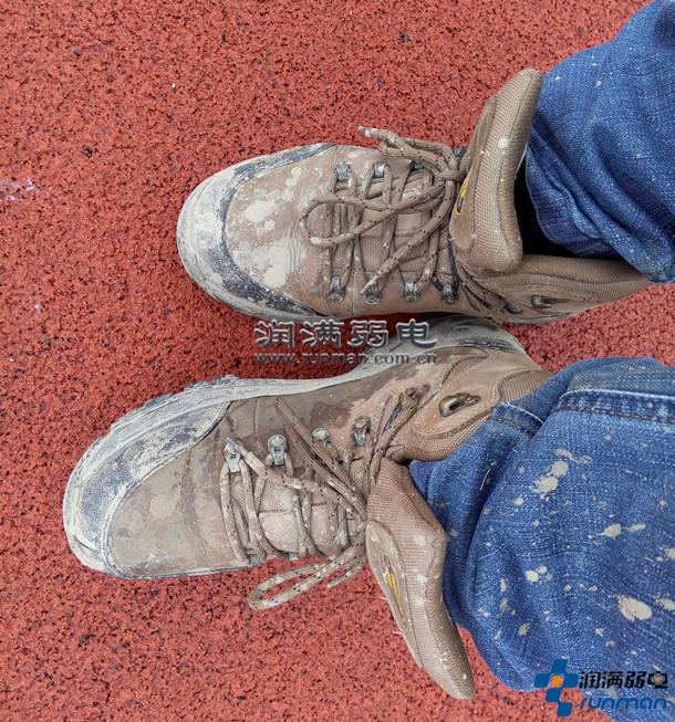 无线租赁驻场技术人员黏附泥浆的鞋子