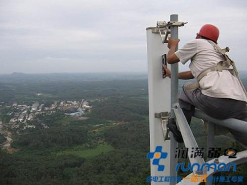 工人正在维护无线设备